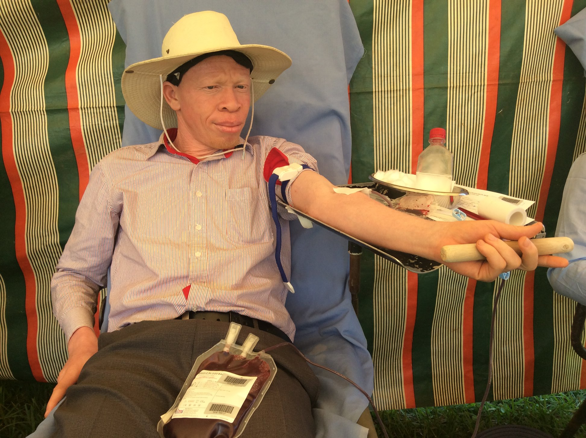A SNUPA team member donates blood